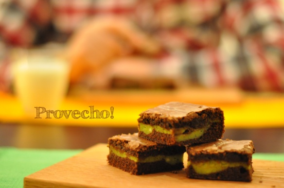 Pistachio cream cheese brownies… Provecho!
